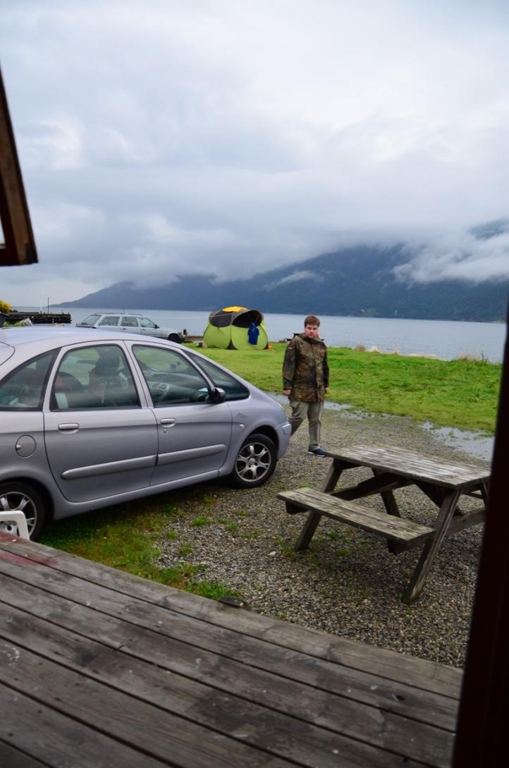 Markus vorm Fjord - fertig machen zum Angeln